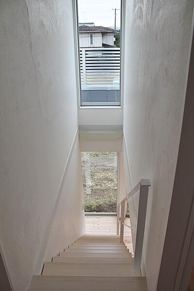 階段上部。採光に配慮