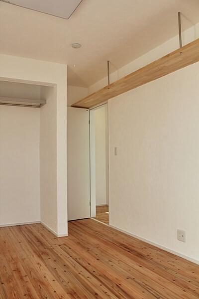 2階部屋。デッドスペース上部に棚設置