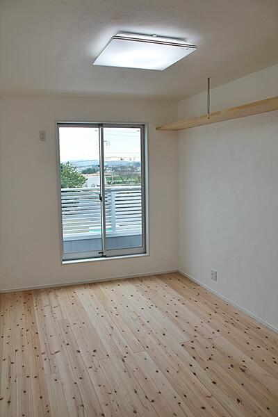 全室南向きの部屋。どの部屋からもバルコニーに出られる。。君津市内の借景もあり