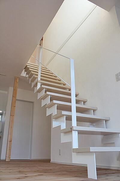 階段。オーダーメイドの鉄骨でできた階段