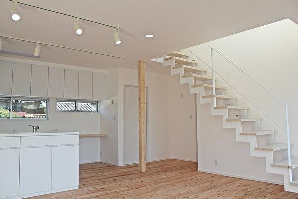 階段。ご家族の動線設計が施されたリビング