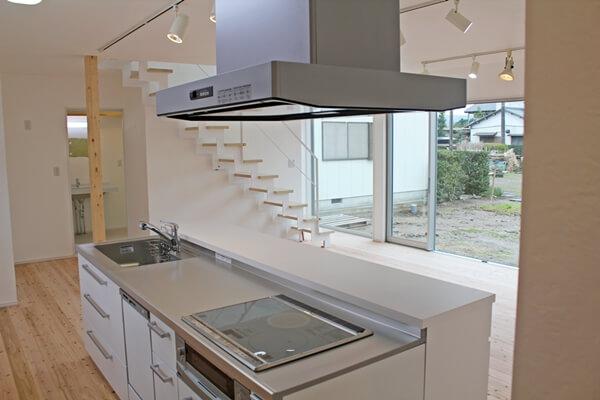 キッチン内部。リビングと外の景色が見える