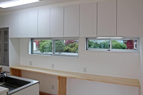 キッチン後ろの作業スペース。収納や家電置き場として利用可能